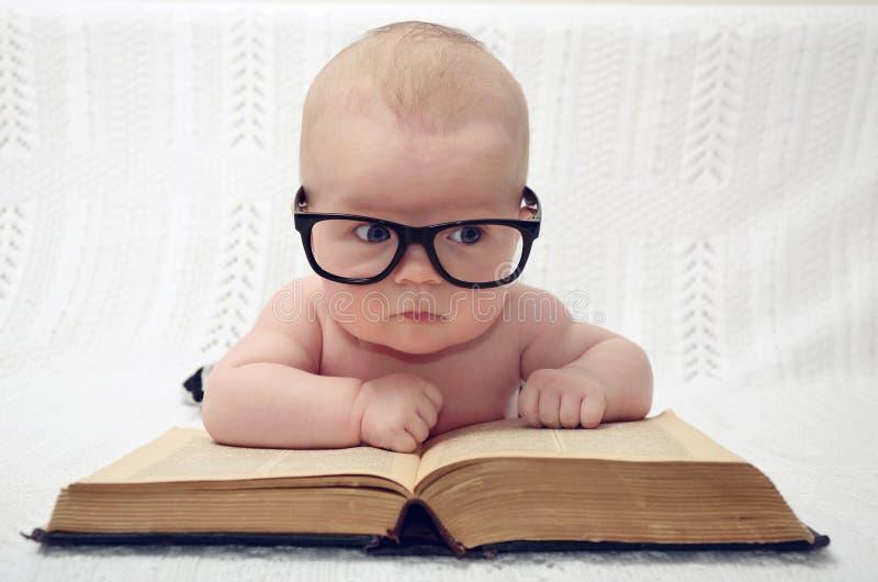 Pequeño bebé lindo en vidrios foto de archivo libre de regalías