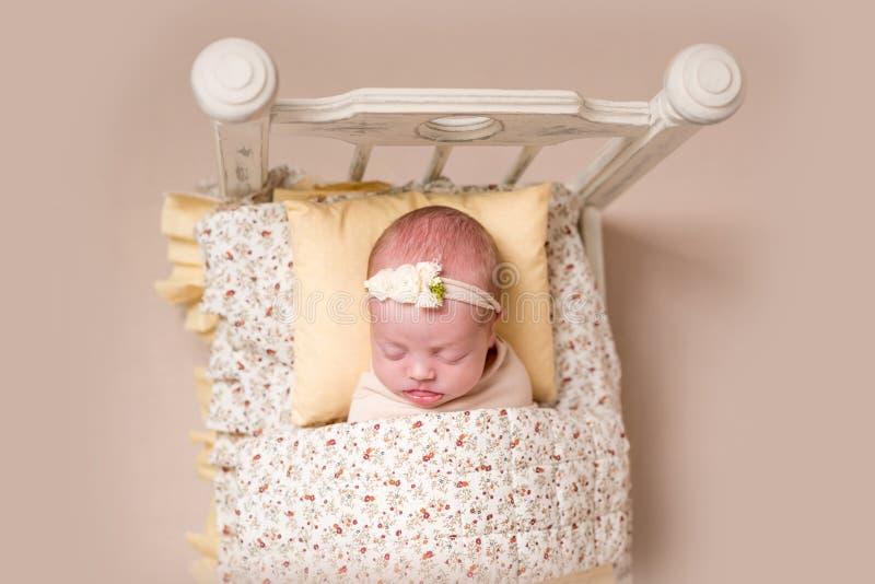 Pequeño bebé lindo que duerme dulce fotografía de archivo libre de regalías