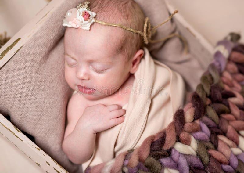 Pequeño bebé lindo que duerme dulce imágenes de archivo libres de regalías