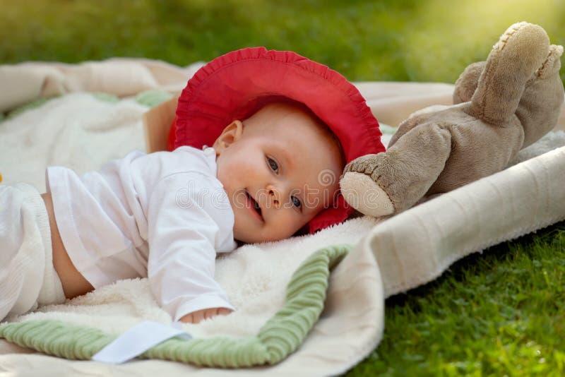 Pequeño bebé lindo que juega con sus juguetes fotografía de archivo libre de regalías