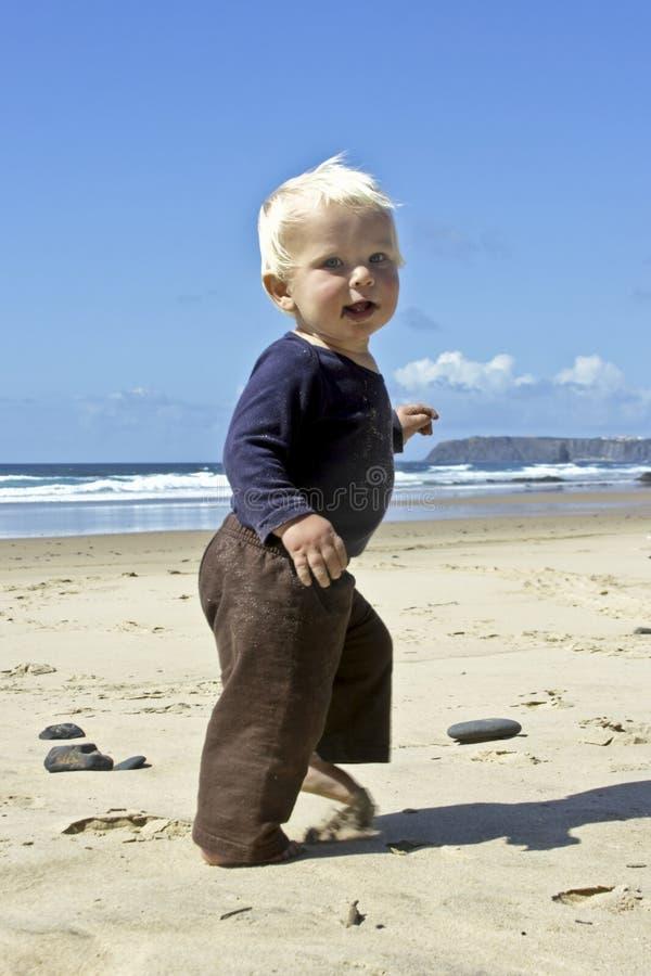 Pequeño bebé lindo que se ejecuta en la playa imagen de archivo libre de regalías