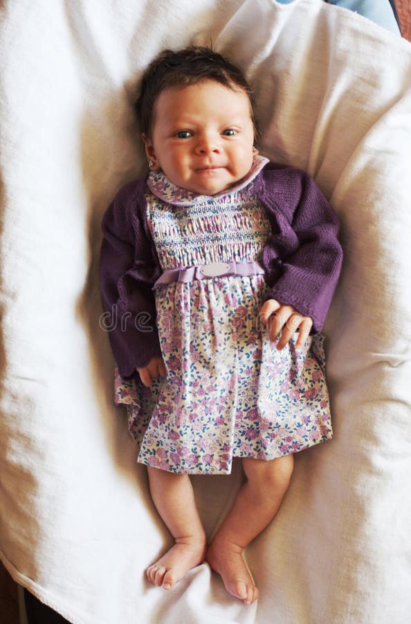 Pequeño bebé lindo sonriente imagen de archivo libre de regalías