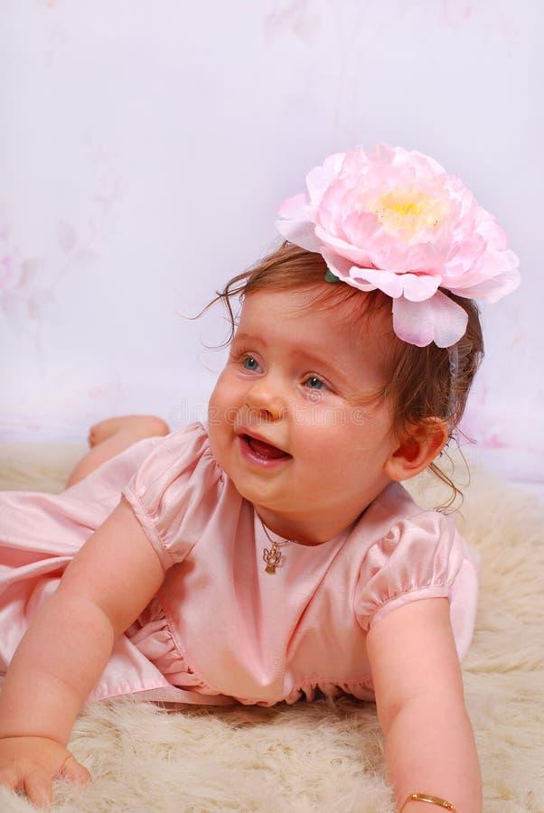 Pequeño bebé precioso con la flor fotos de archivo
