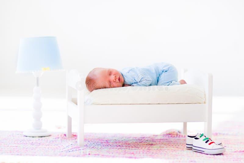 Pequeño bebé que duerme en cama del juguete foto de archivo libre de regalías