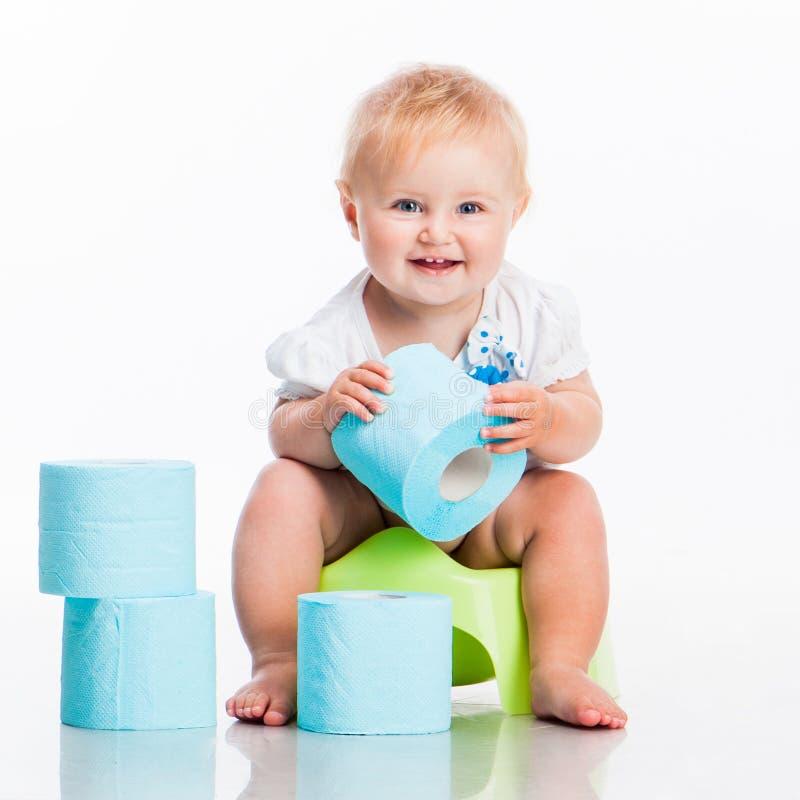 Pequeño bebé que se sienta en un pote imagen de archivo libre de regalías