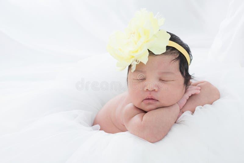 Pequeño bebé recién nacido 7 días, sueños fotos de archivo