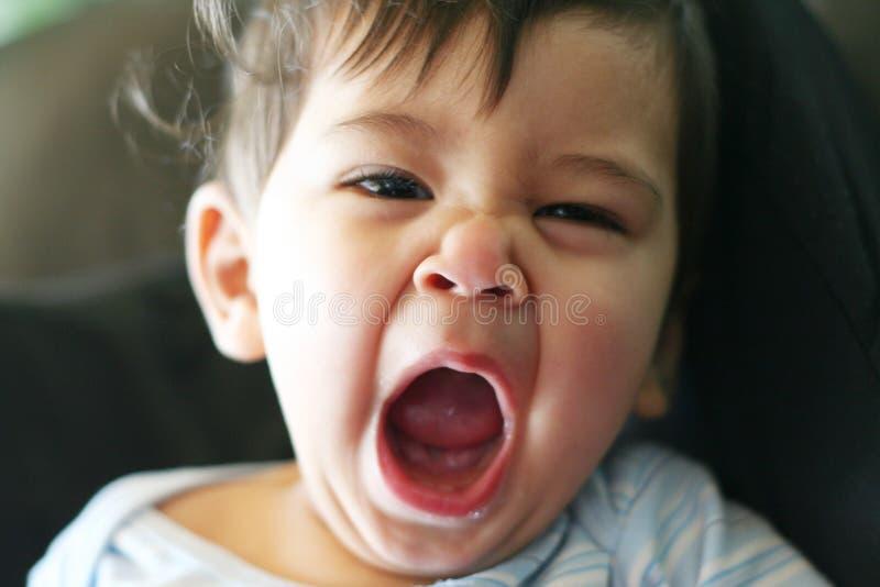 Pequeño bebé soñoliento fotografía de archivo