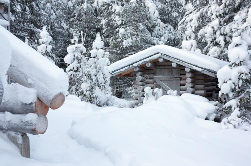 Pequeño blocao de madera debajo de la nieve blanca fotografía de archivo