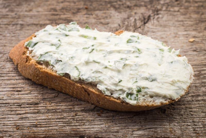 Pequeño bocadillo con queso cremoso en el pan cortado fotos de archivo