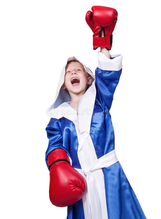 Pequeño boxeador de griterío feliz en el fondo blanco foto de archivo