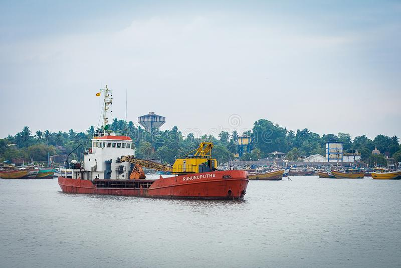 Pequeño buque de carga en el puerto de Sri Lanka foto de archivo libre de regalías