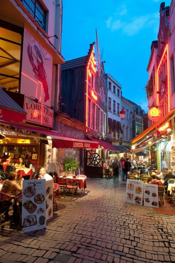 Pequeño café en las calles viejas de Bruselas imágenes de archivo libres de regalías