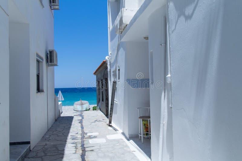 Pequeño callejón en la isla griega Samos fotografía de archivo