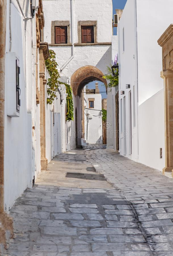 Pequeño callejón estrecho en la ciudad hermosa vieja griega Lindos en la isla fotos de archivo