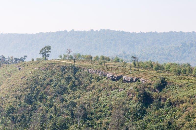 Pequeño camino de tierra en la alta montaña fotografía de archivo libre de regalías