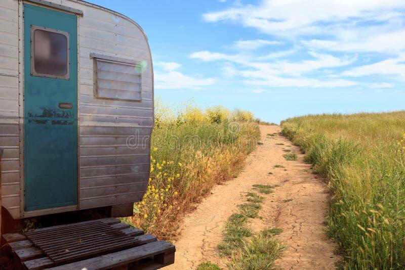 Pequeño campista retro de la caravana usado como casa minúscula en viajes por carretera fotos de archivo