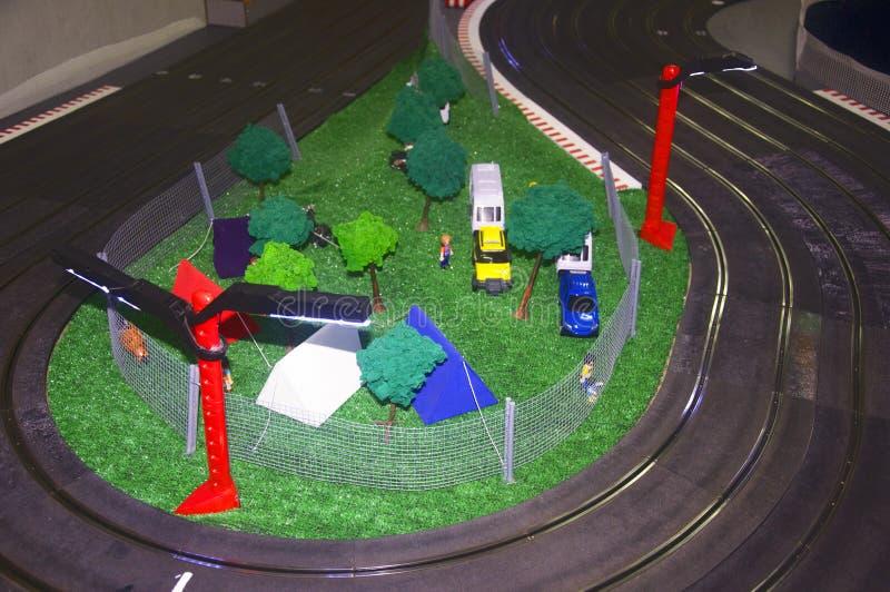 Pequeño campo del juguete con las pistas y las linternas rojas fotografía de archivo