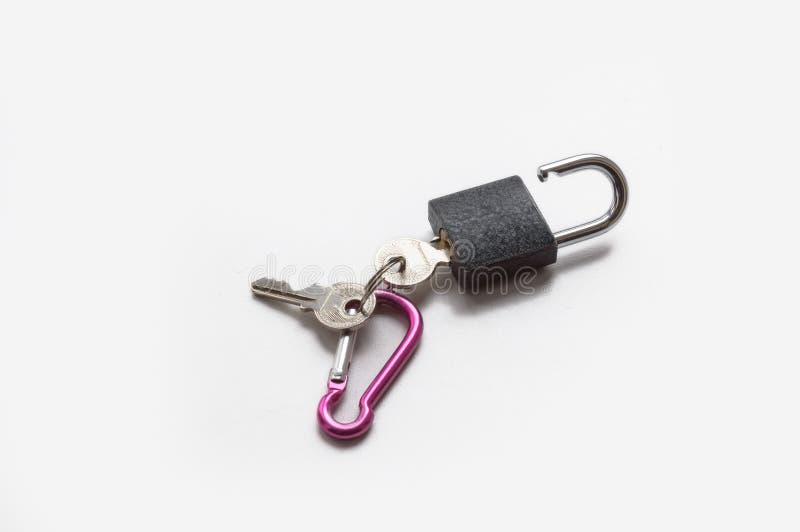 Pequeño candado con llaves aislado foto de archivo