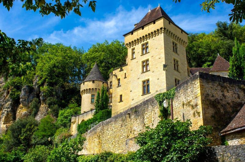 Pequeño castillo precioso ocultado en los árboles, Dordoña, Francia foto de archivo