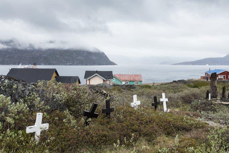 Pequeño cementerio con las cruces de madera blancos y negros imagen de archivo libre de regalías