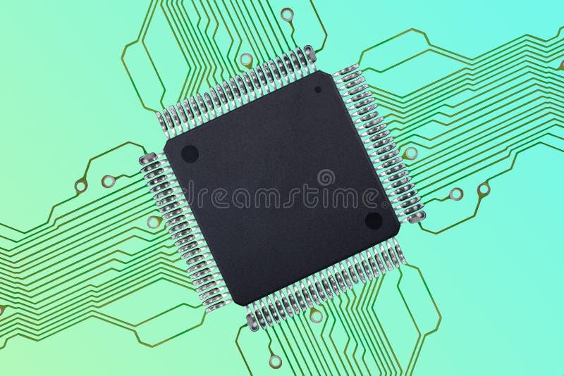 Pequeño circuito integrado en blanco con las conexiones en fondo colorido imagen de archivo