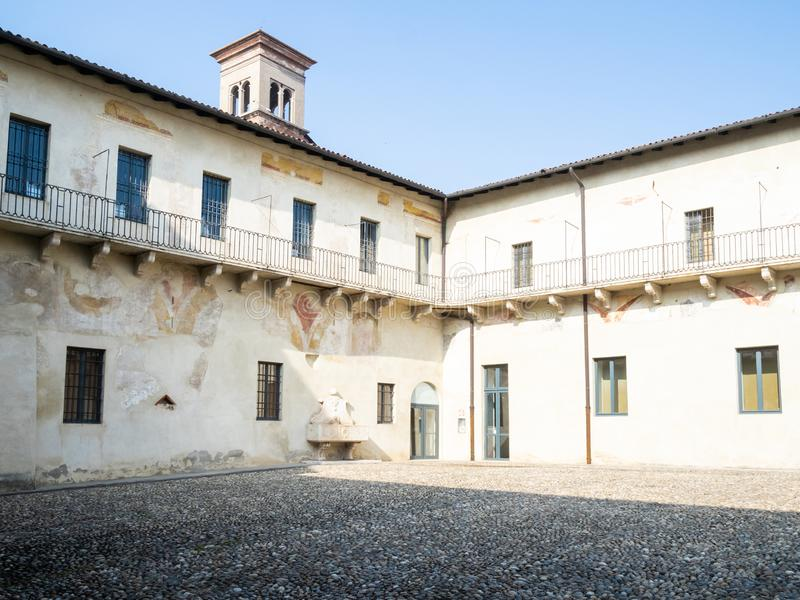 Pequeño claustro en el monasterio de Santa Giulia imagenes de archivo