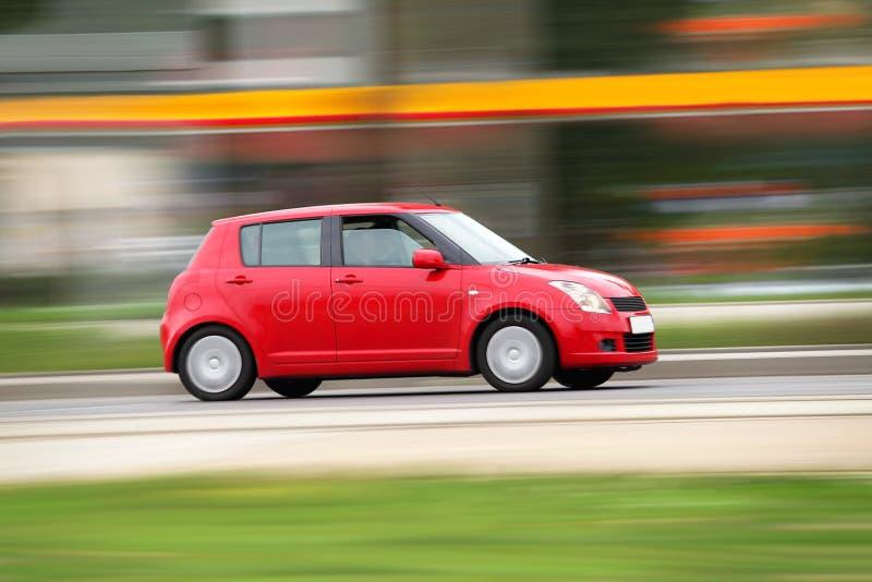 Pequeño coche compacto rojo imagenes de archivo