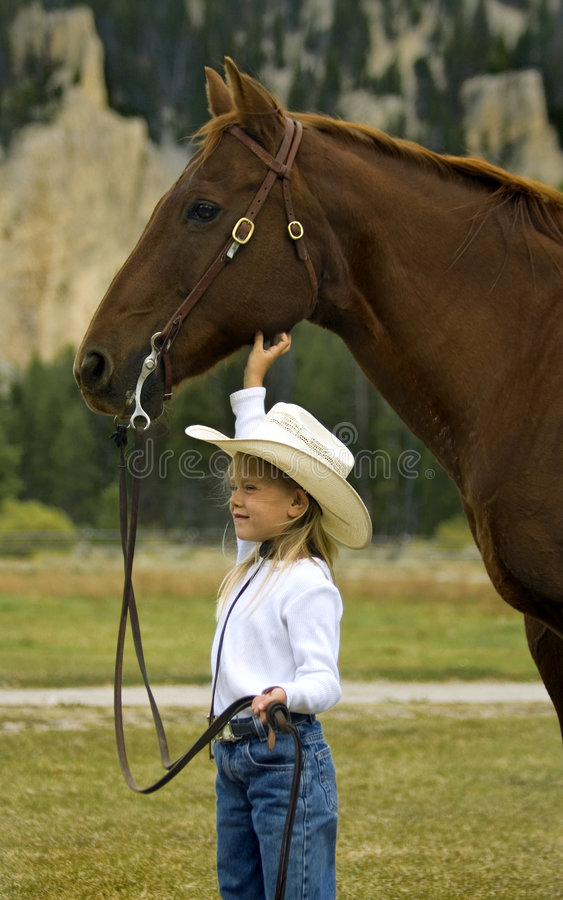 Pequeño Cowgirl y su caballo