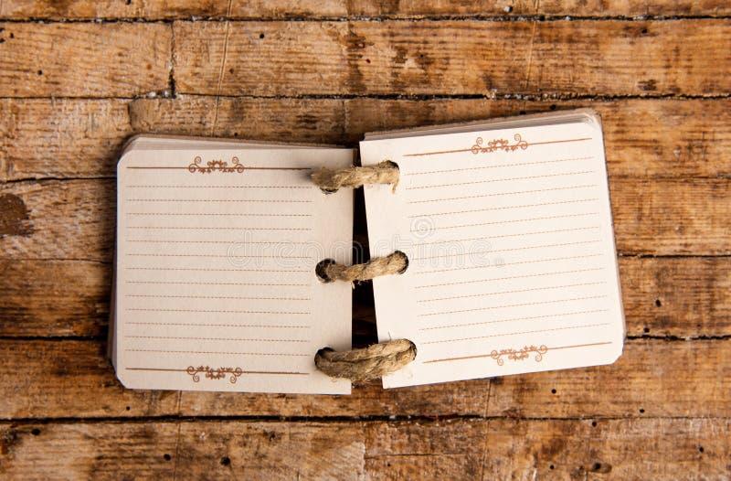 Pequeño cuaderno abierto en una tabla fotos de archivo libres de regalías