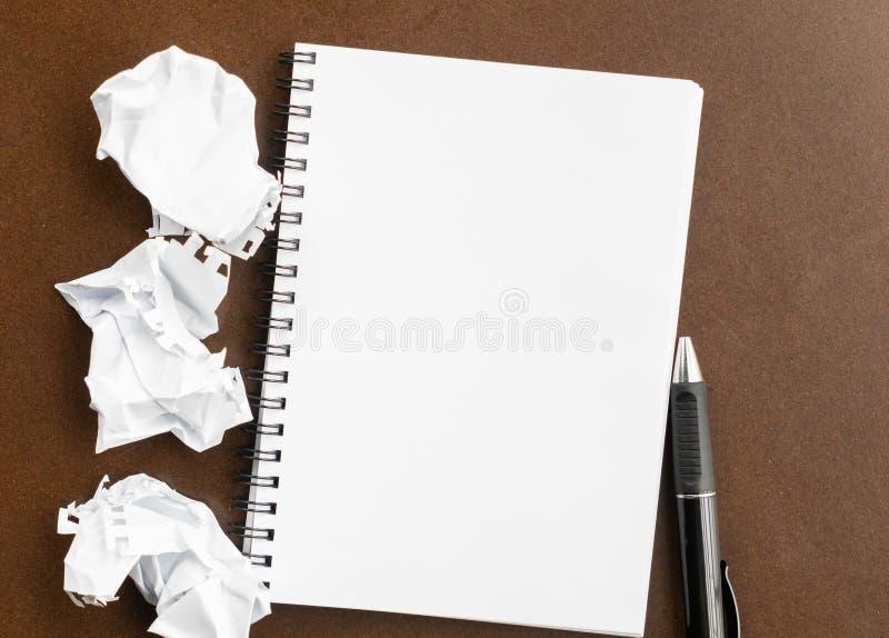 Pequeño cuaderno y papel arrugado foto de archivo