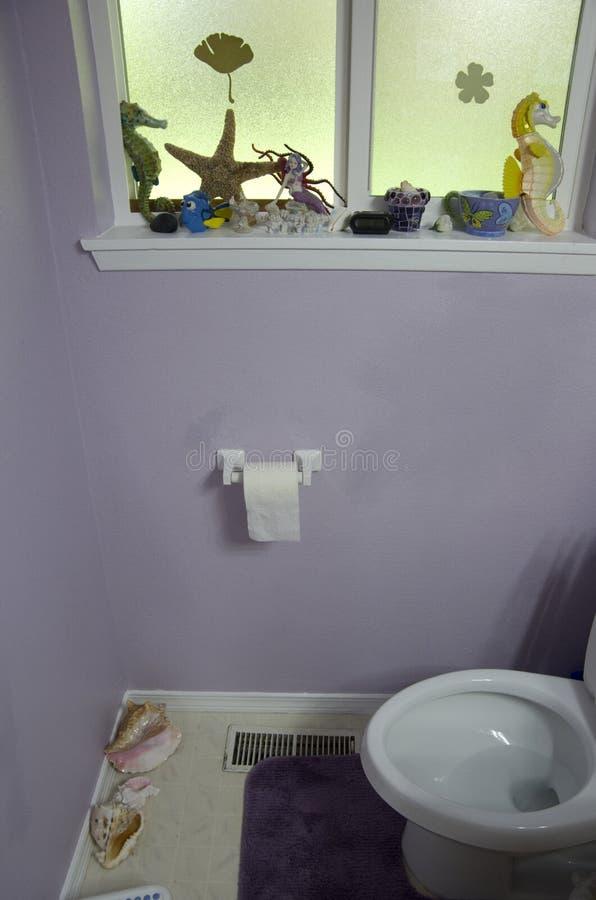 Pequeño cuarto de baño casero imagenes de archivo