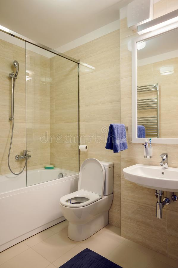Pequeño cuarto de baño moderno fotos de archivo