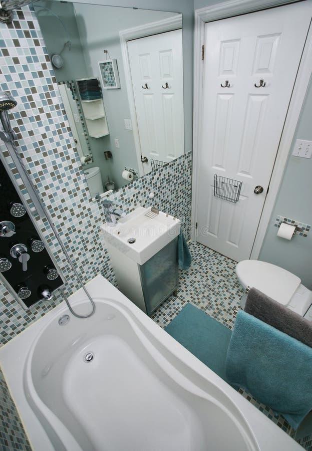 Pequeño Cuarto De Baño Moderno Imagen de archivo - Imagen de ...