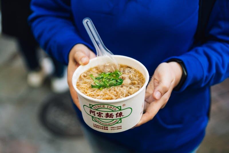 Pequeño cuenco de tallarines del Harina-arroz de Ay-Chungkin con los intestinos del cerdo, y el cilantro en un caldo caliente de  imagenes de archivo