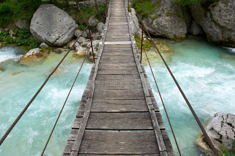 Pequeño de madera, puente de suspensión imagen de archivo libre de regalías