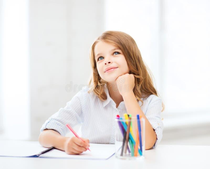 Pequeño dibujo de la muchacha del estudiante en la escuela imagenes de archivo