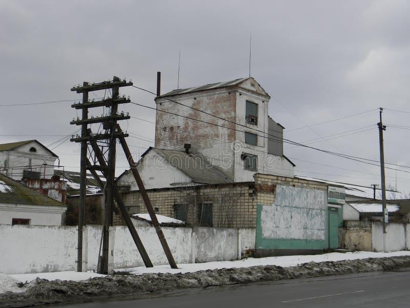 Pequeño edificio industrial en ciudad vieja fotografía de archivo