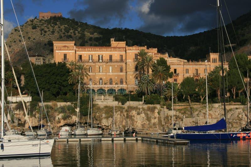 Pequeño edificio portuario y Utveggio Castel de la libertad de Igiea del chalet del °° de Palermo imagen de archivo libre de regalías