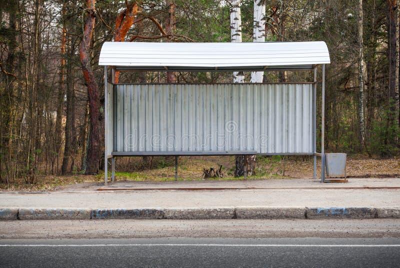 Pequeño edificio vacío de la parada de autobús en el borde de la carretera fotografía de archivo libre de regalías