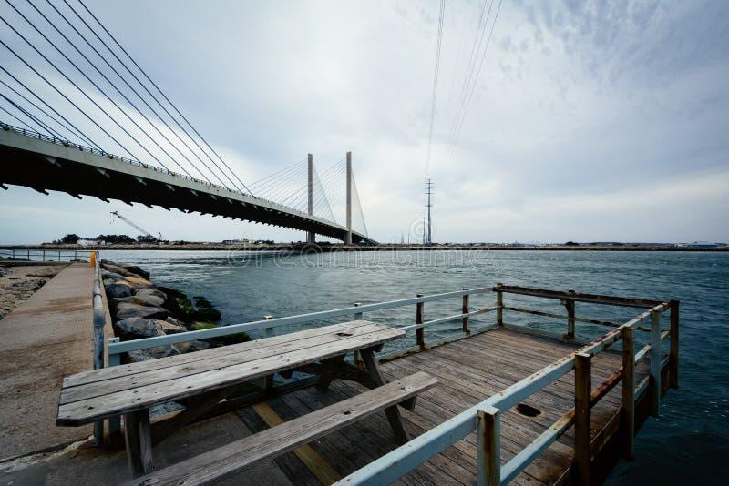 Pequeño embarcadero y el puente indio del río, cerca de Bethany Beach, Dela fotos de archivo