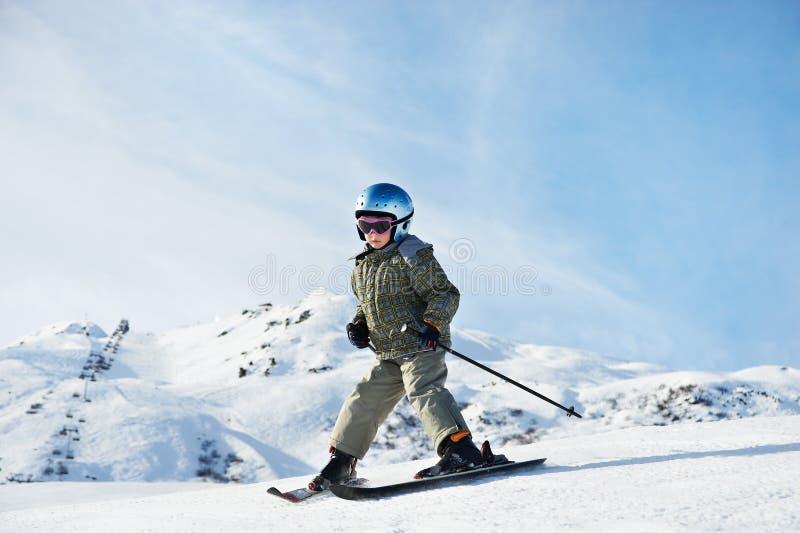 Pequeño esquí del niño en cuesta de la nieve fotos de archivo libres de regalías