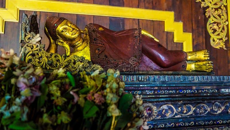 Pequeño estatuto el dormir Buda imagenes de archivo