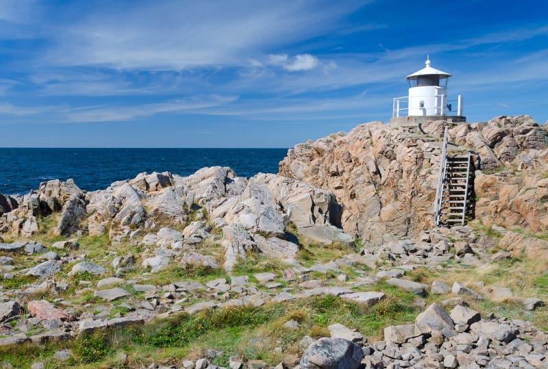 Pequeño faro en el top de la península de Kullen fotos de archivo