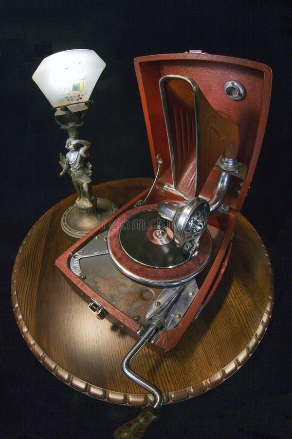 Pequeño fonógrafo viejo y lámpara vieja imagen de archivo