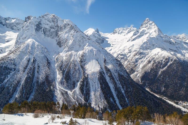 Pequeño funicular de la silla en un bosque conífero contra el contexto de la gama de montañas del Cáucaso cerca de la ciudad de D fotos de archivo