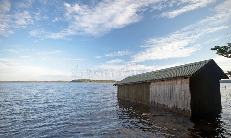 Pequeño garage de madera del barco en la costa fotografía de archivo