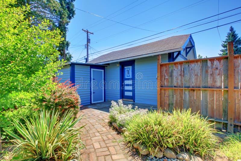 Pequeño garage en patio trasero con la cerca. fotos de archivo