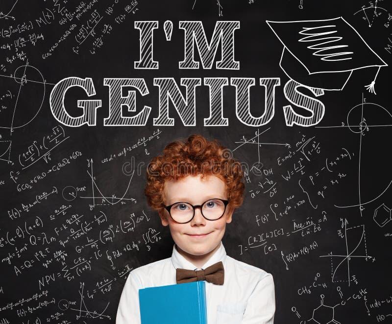 Pequeño genio del escolar del niño elegante curioso en fondo de la pizarra fotografía de archivo