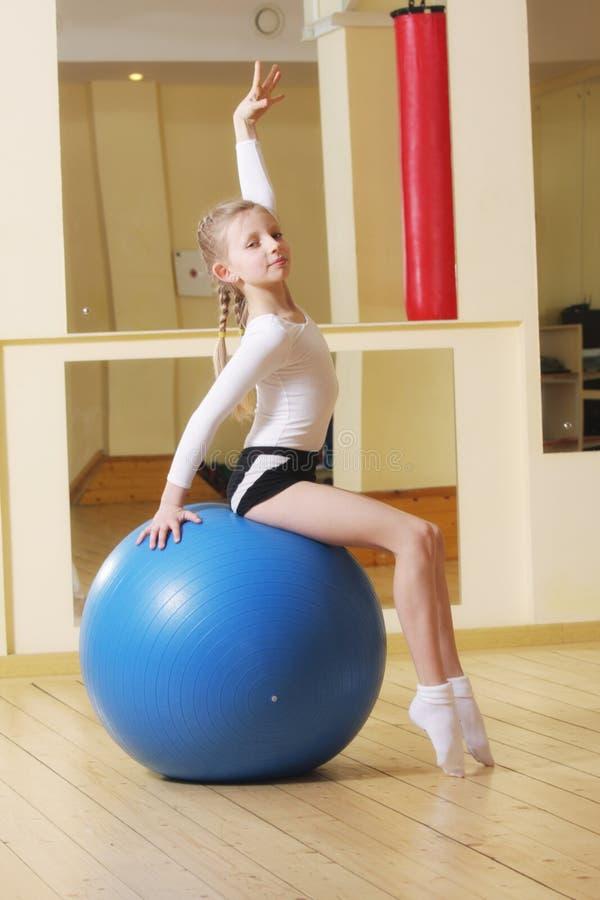 Pequeño gimnasta en bola fotos de archivo libres de regalías