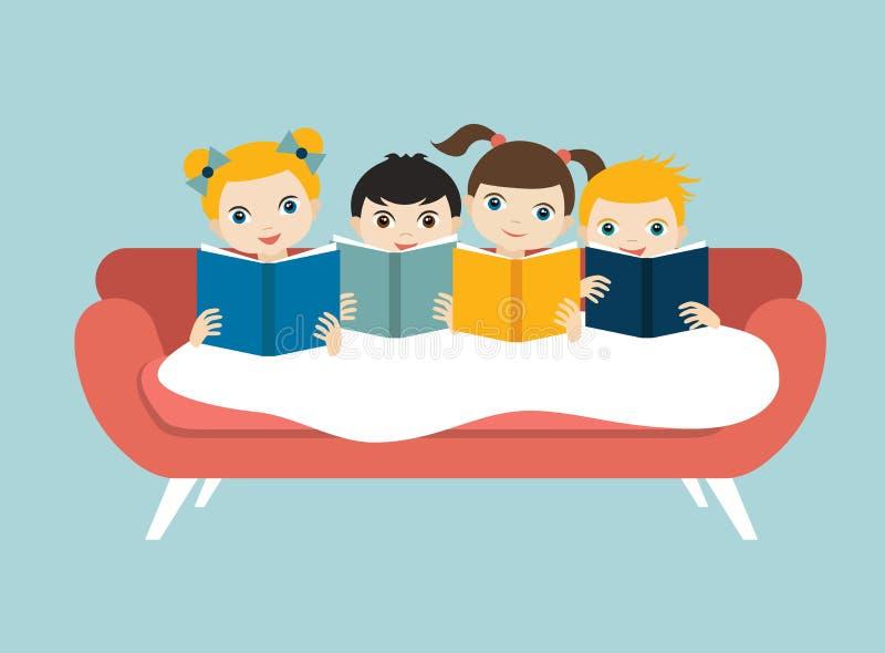Pequeño grupo lindo de tres niños leyendo los libros que se sientan en el sofá stock de ilustración